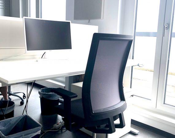 Ausgestatteter Schreibtisch